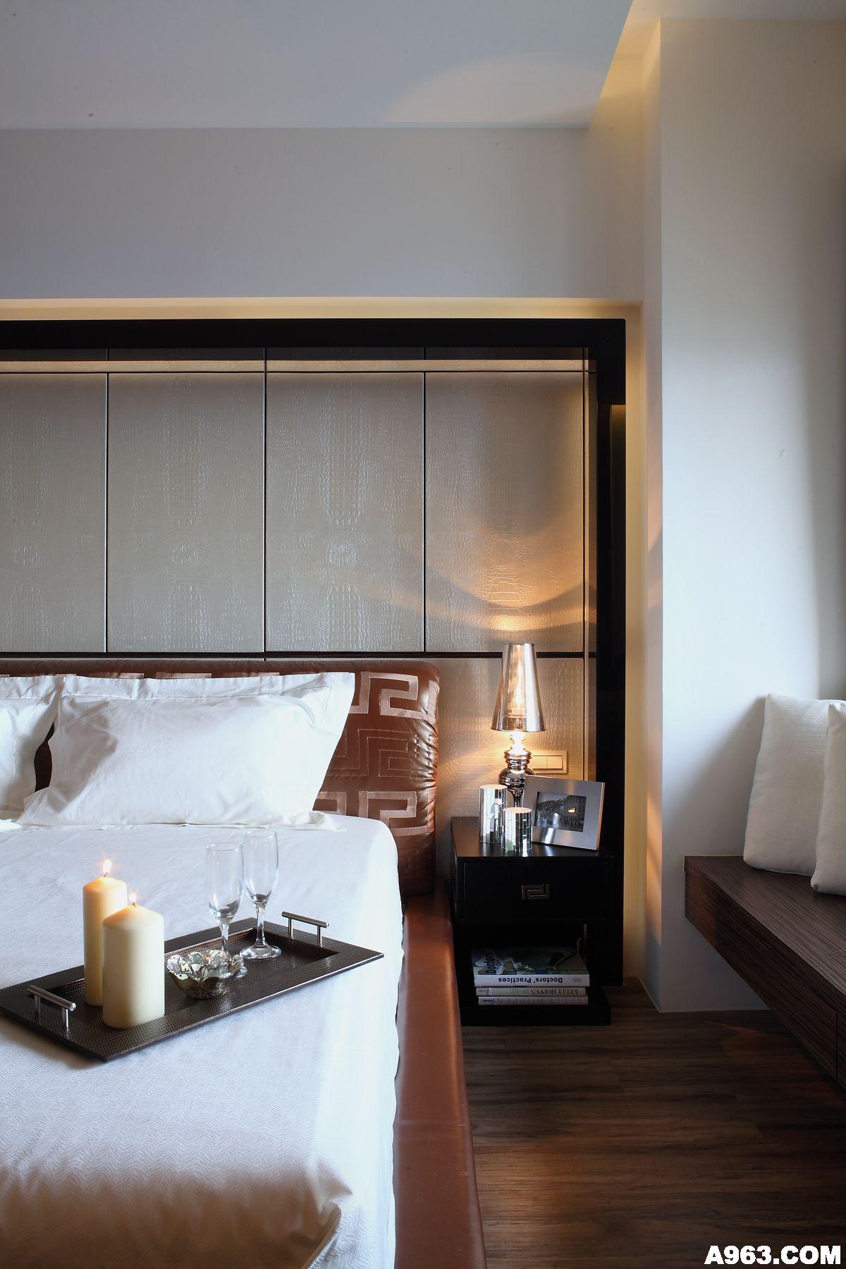 主卧房床头的梁体,藉由皮革与黑镜边框修饰出齐整的立面线条,每一个分