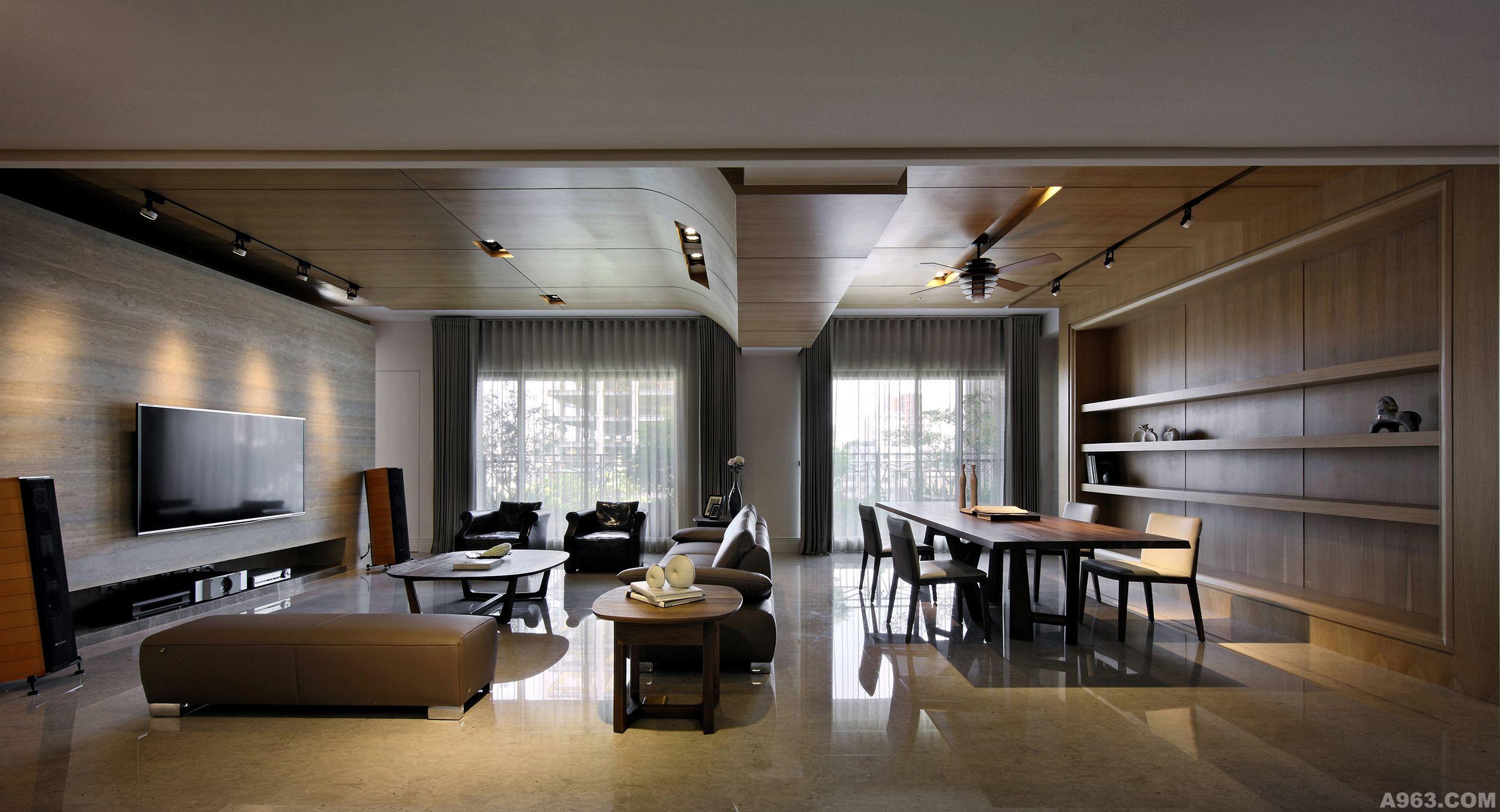 客厅大理石墙透过上层结构内缩完美地与木质介面作