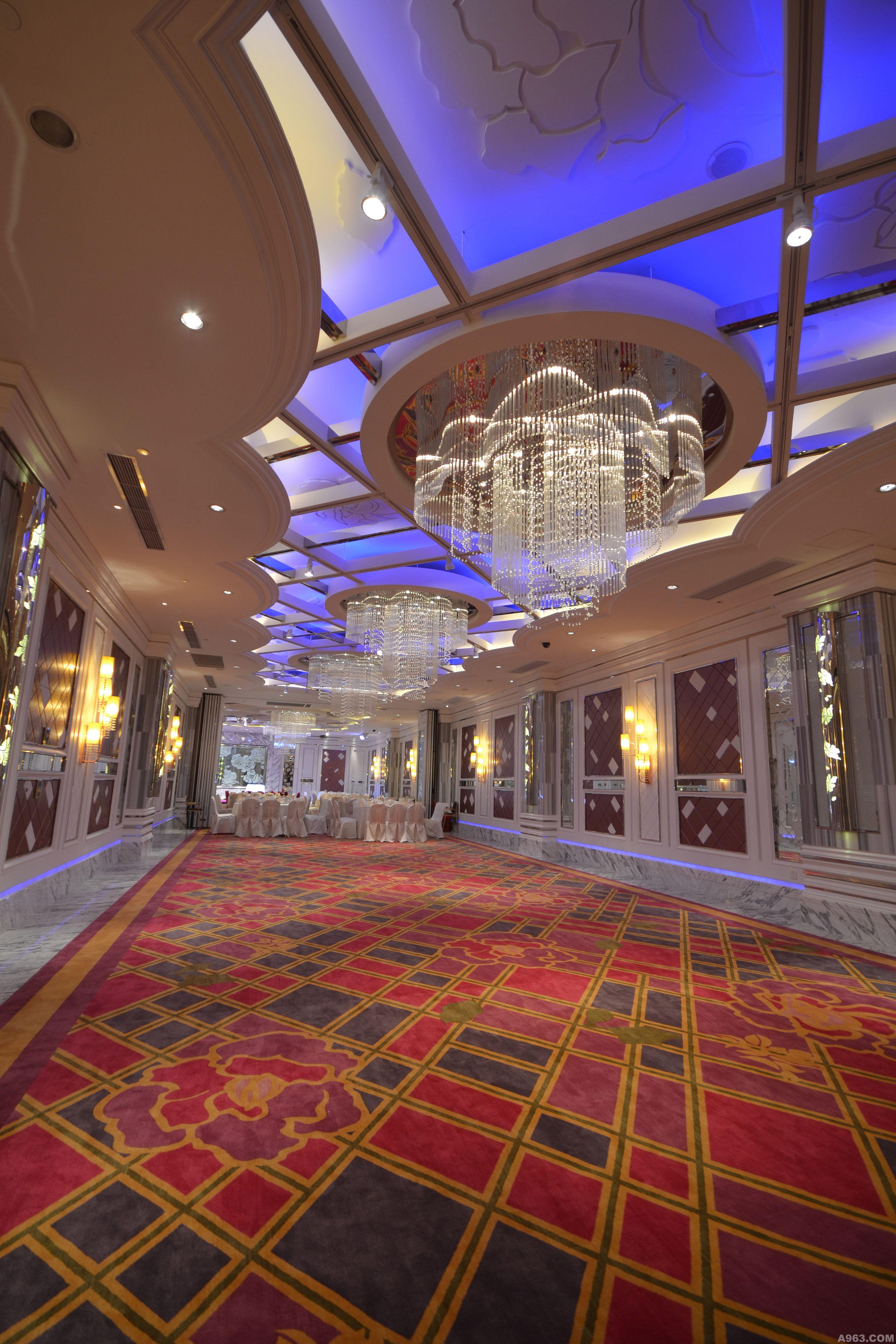 宴会厅如流水,冰雪结晶式的门板设计,以金属,木皮板加上波浪的