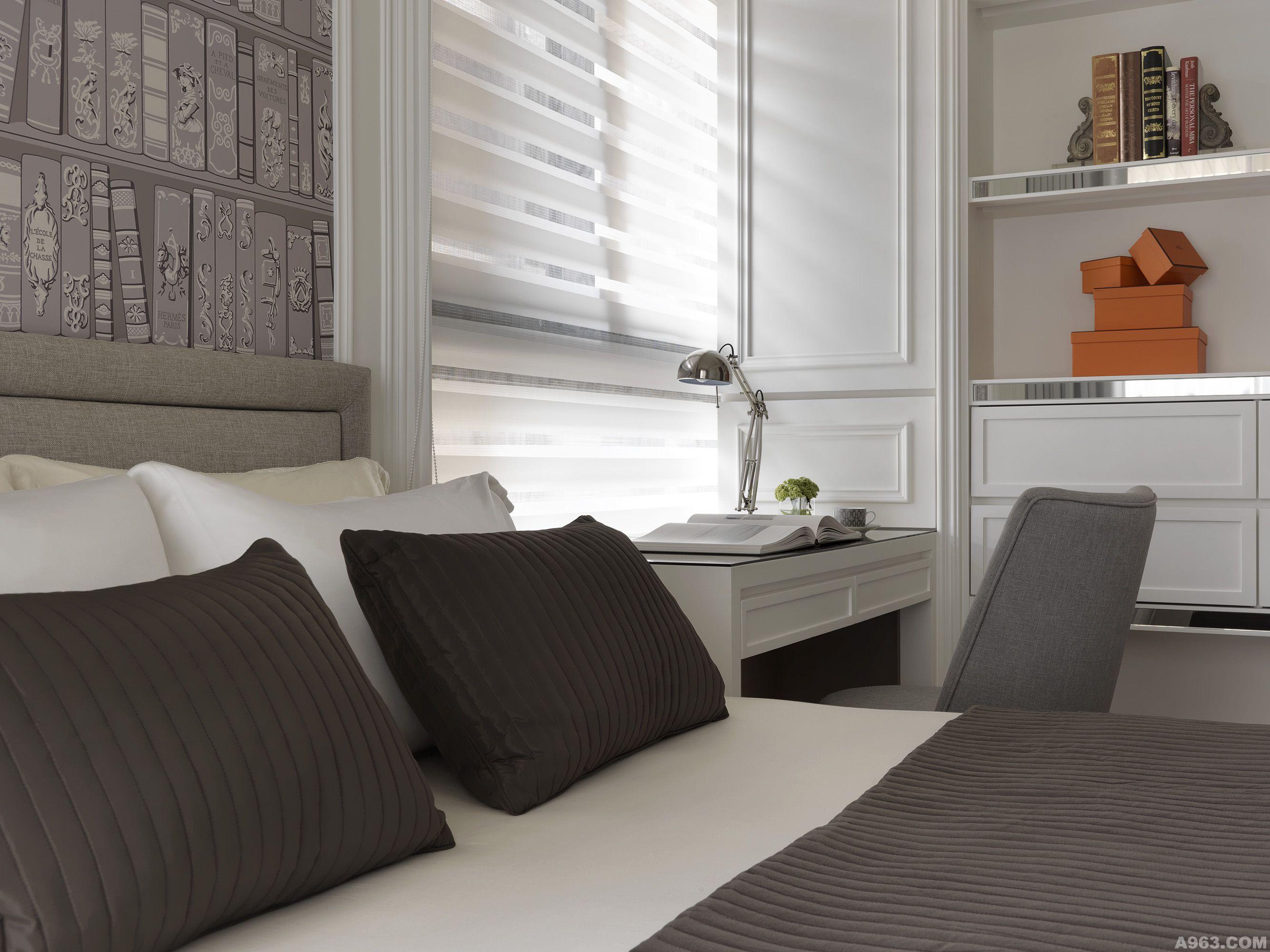 设计理念: 在中山北路上富有巴黎气息的香榭道路上,缤纷设计团队串连街景融合法国二零年代工艺文化精神打造兼具人文与感性的浪漫生活空间。客厅背墙以具有品牌精神的布艺裱框作为背景,彰显业主对于法国工艺所洗炼经典文化的追求,使用现代简洁家具线条兼容多元材质型式的建材,创造法式休闲的新古典空间,沙发上点缀黑色滚边、钛丝图腾抱枕与钢烤技术时尚造型的圆桌,带出奢华、优雅的视觉享受;展示柜内色彩饱和、质感典雅的精品旅游画卡,透露屋主本身丰厚的人文质感品味;在空间配置的中心位置,摆设开放式中岛吧台,结合长型方型餐桌具环绕动