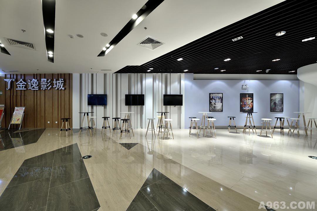 以艺廊呈现方式呈现电影相关讯息,走廊设计另一设计重心为影厅入口