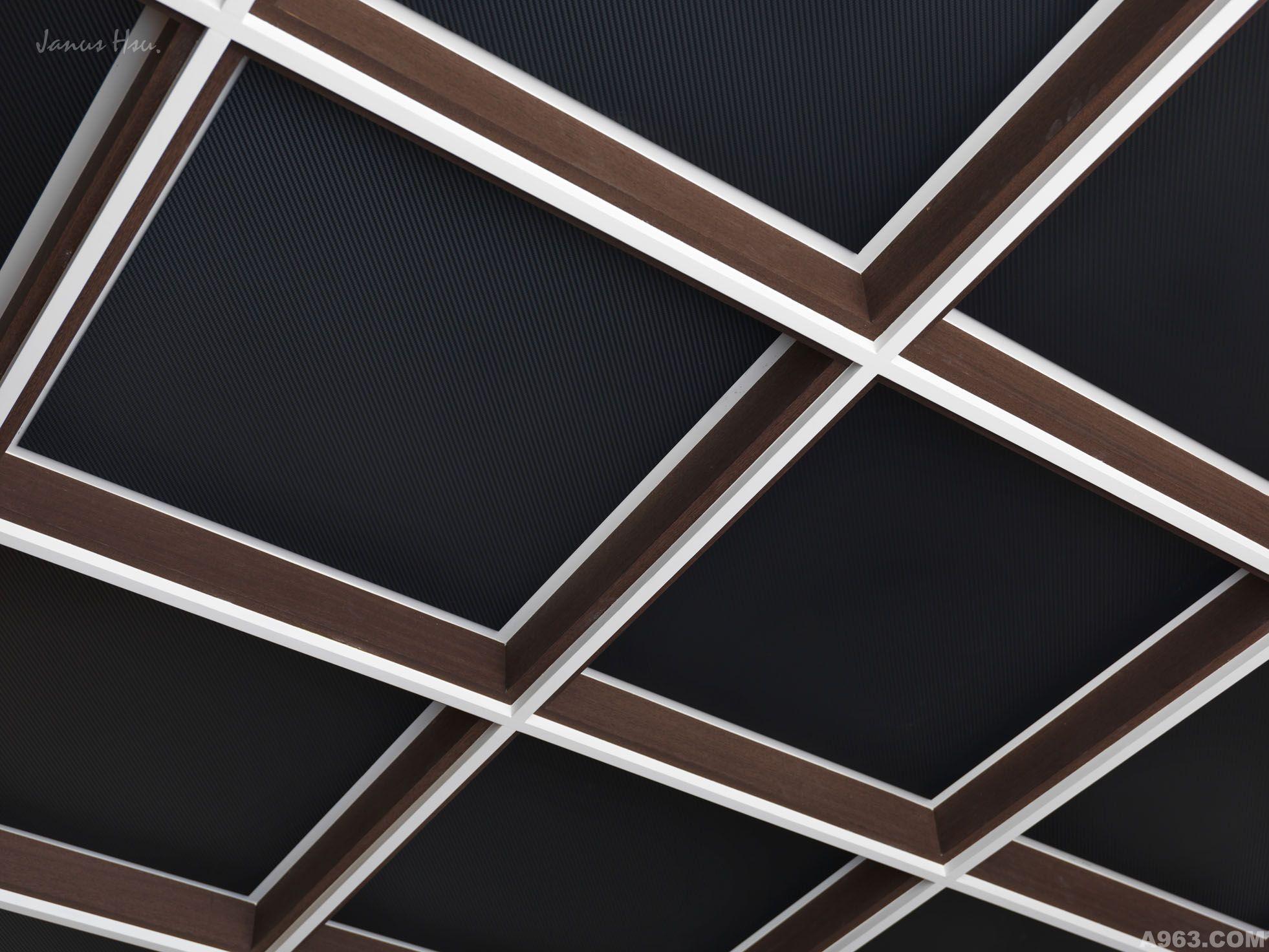 """以中国固有的传统,数字8代表""""发""""的意思,来引入玄关的天、地、壁创造出不同材质的律动感,光和影的变化,及如同丝绸般舞动于天顶处的曲线交叠,外与内的对话与互动,以玄关空间揭开了此场域的序幕。 空间的舞者曼妙地从玄关拱型线拉至顶垂吊了貌似西藏经轮的水晶吊灯,晶透的光泽,倒映在洁净的石材地坪上,此灯形的连续性线条流串至地坪铺面上而刻划出如同流水般跃动的曲线,这样的元素延伸至左右两侧的展示柜体及上方粗旷的花岗岩石(印度黑),如此有力度的岩石也可轻盈的将此景转移至入口正面一樘樘的屏风上,隐"""