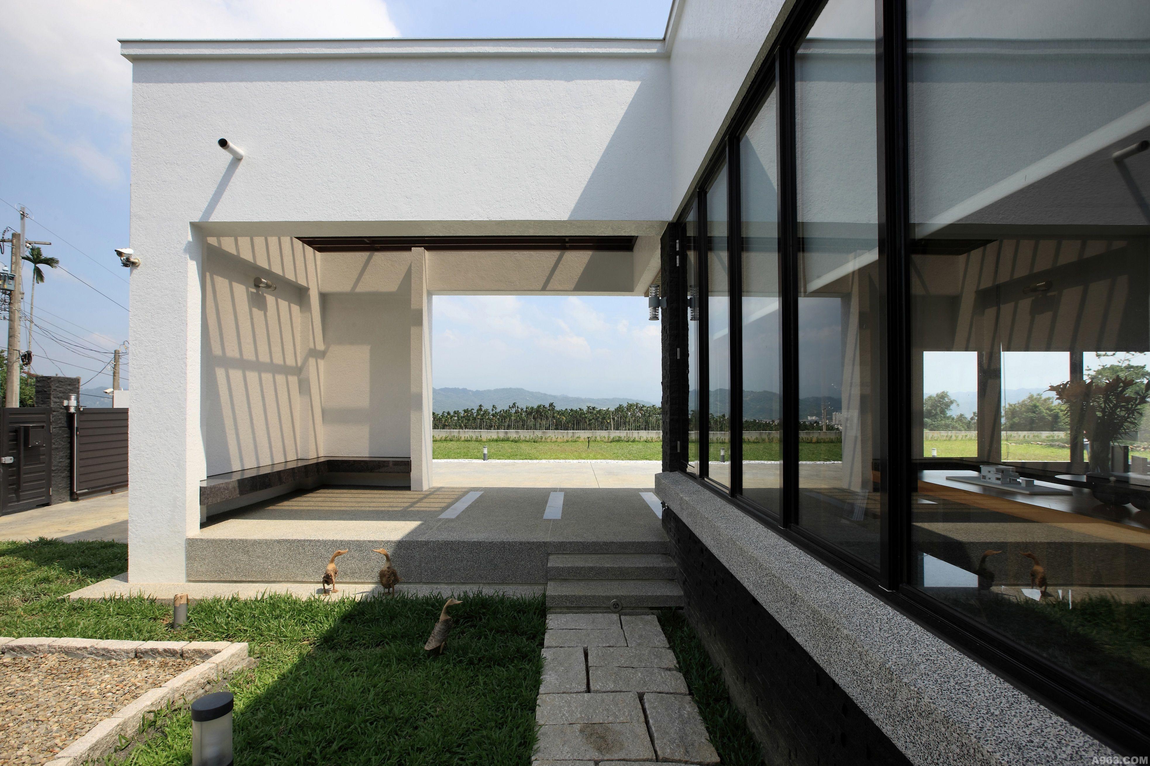 5米长的户外雨庇及左侧12米长钢结构车库顶棚形成一水平长向白色建筑