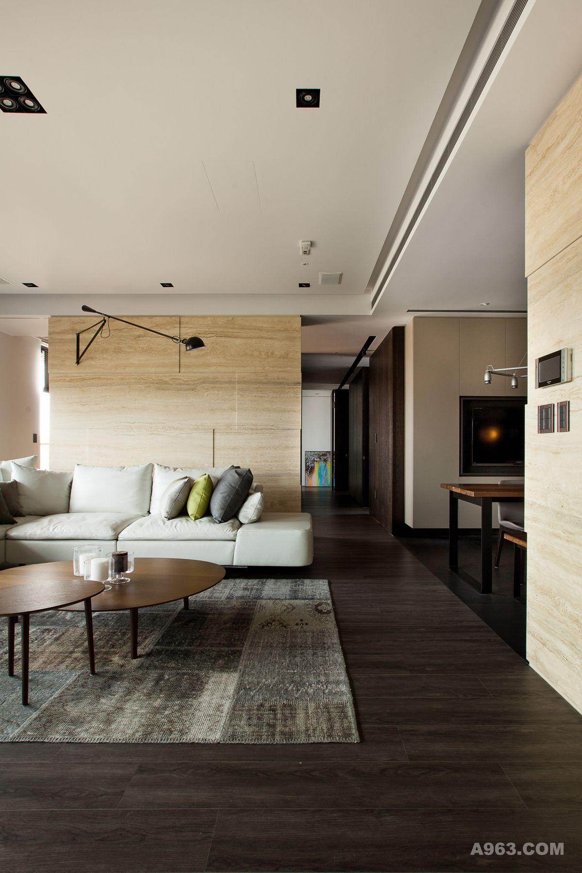 廊道与沙发背墙的大理石让开放式的动线,有整体的设计感