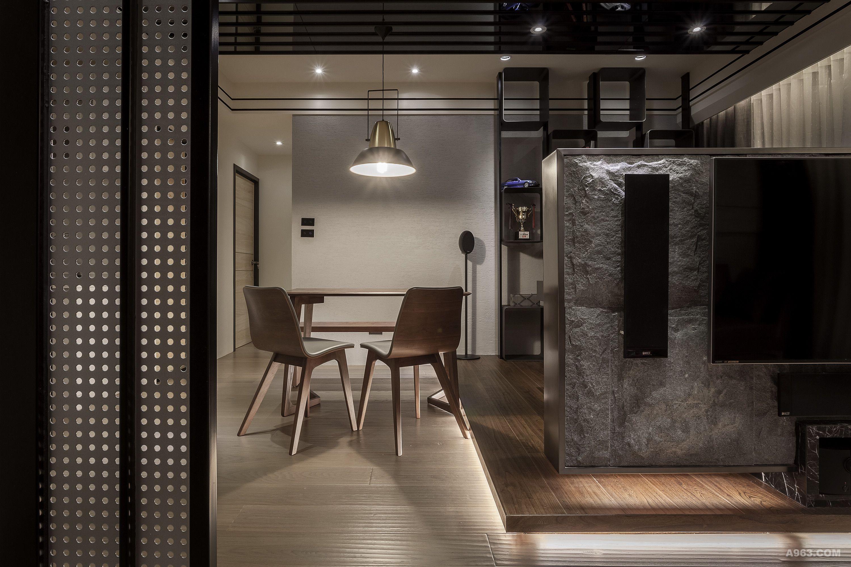 本案從預售開始就與業主接觸討論設計方案並且進行客變設計,將原有三房的空間更改為兩房加一間開放式書房的設計.業主是一位事業有成的單身貴族,希望能在這個空間中有一種沉穩內斂但又能帶點雅痞的感覺,因為業主長時間在家工作,也希望住家環境能夠結合工作室功能. 在整體設計上的表現,希望能讓空間有放大的效果,加上開放式廚房的設計表現,在整體空間更顯加分效果.